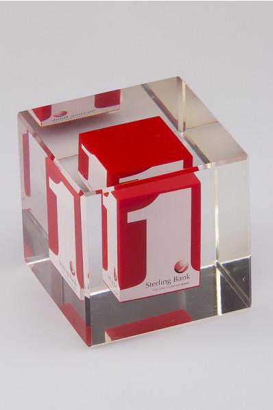 Cubo de acrílico con incrustación