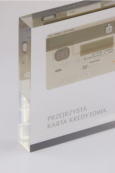 Tarjeta de crédito PKO en acrílico